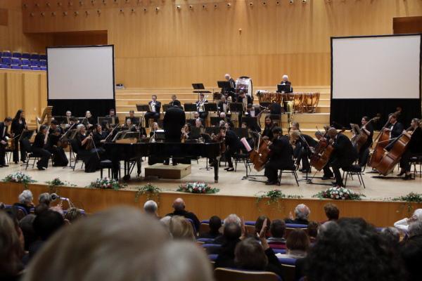 Die Kaapse Filharmoniese Orkes onder leiding van maestro Brandon Phillips